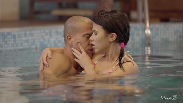 Молодая пара возбуждается в бассейне