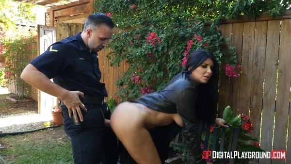 Полицейский дрючит длинноволосую гламурную милфу на заднем дворе