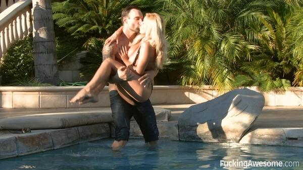 Молодая блондинка перепихнулась с парнем возле бассейна