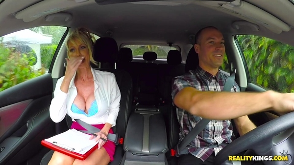 Зрелая блондинка принимает экзамен по вождению
