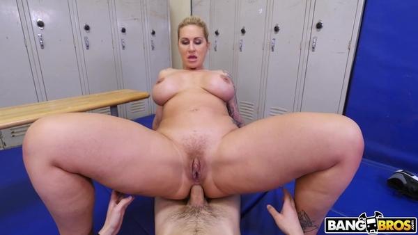 Зрелая сучка насаживается большой жопой на пенис студента