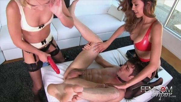 Две горячие тёлки доминируют над парнем и страпонят его во все дырки