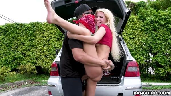 Накинулся на незнакомую худышку и жестко трахнул ее на парковке