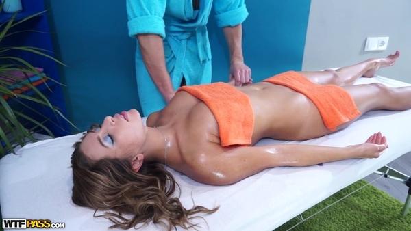 Намасленная русская девушка не отказалась от секса с массажистом