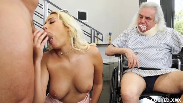 Старый дед смотрит, как изумительная блондинка отдается крепкому парню
