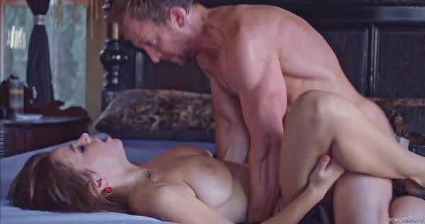 Мускулистый мужик перчит между ножек пышногрудую деваху
