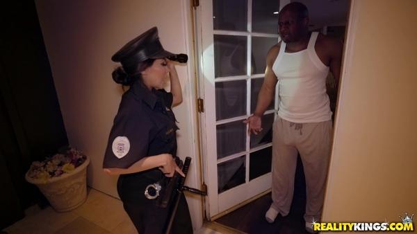 Жопастая полицейская обыскивает темнокожего мужика и возбуждается