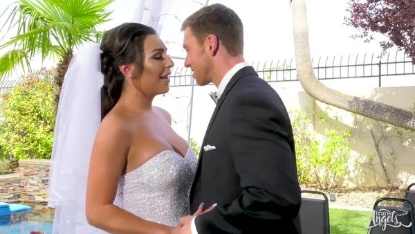 Парень женится на сексуальном транссексуале с большими сиськами