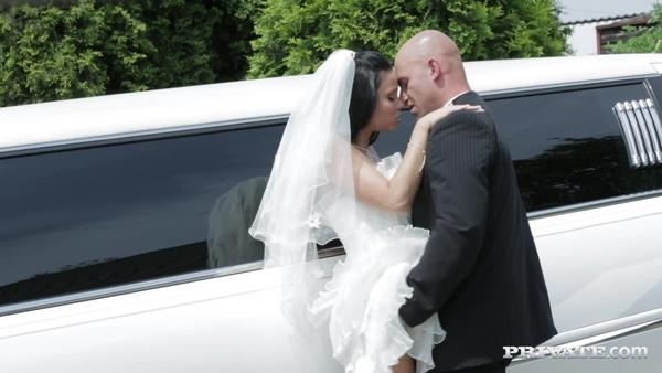 Темноволосая невеста сняла стресс, занявшись сексом с водителем лимузина