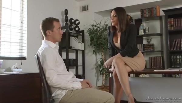 Деловая женщина занимается классическим сексом с молодым парнем