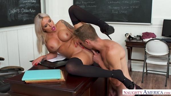 Преподавательница в черных чулках развлекается со студентом в классе
