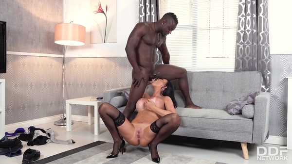 Мускулистый негр и грудастая милфа Jasmine Jae устроили классный секс на диване