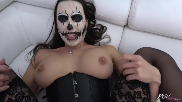 Анальный секс влюбленной пары на Хэллоуин
