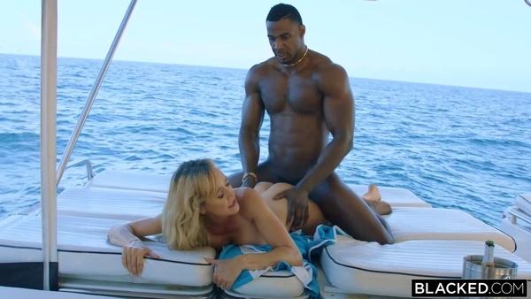 Brandi Love с чернокожим парнем на яхте