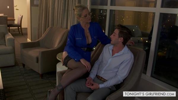 Зрелая проститутка Julia Ann встретилась с клиентом в номере отеля
