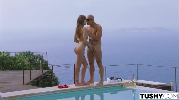 Лысый мужик вместе со своей молодой любовницей на отдыхе