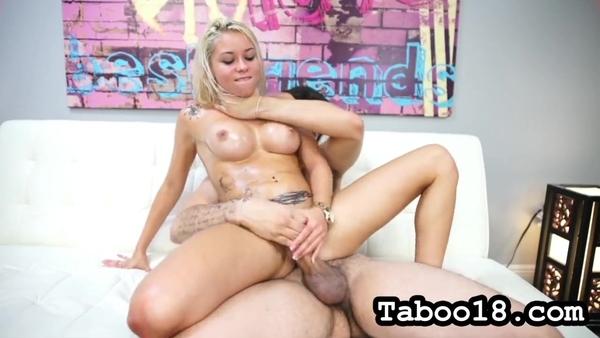 Татуированная блондинка в масле старательно сосет пенис