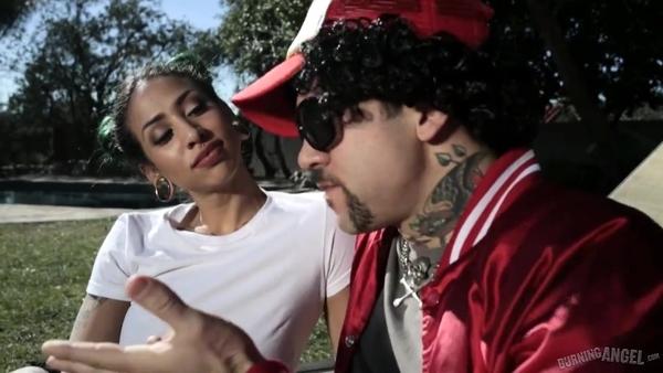 Американский рэпер насаживает на член тёлку во дворе загородного дома