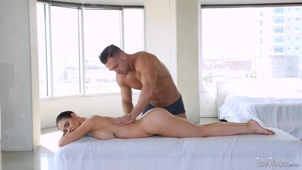 Делает массаж темноволосой подруге с силиконовыми сиськами