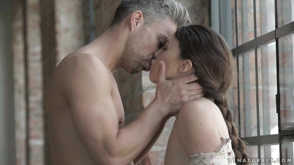 Чувственный анальный трах молодой брюнетки после поцелуев