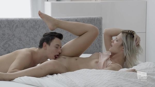 Красивый постельный трах в обе дырки смазливой девушки