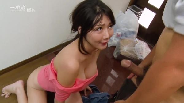 Азиатка с силиконовыми сиськами и в рот берет, и в киску дает
