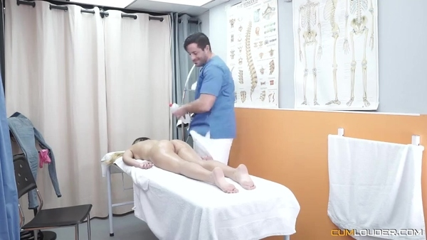 Девушка пришла на массаж и получила сексуальное удовлетворение на кушетке