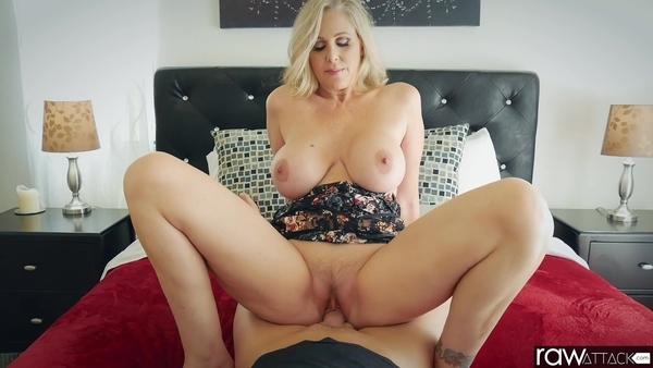 Зрелая блондинка с аппетитными формами совокупляется с мужиком в спальне
