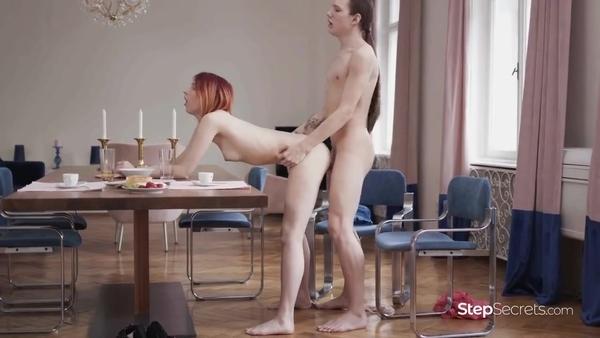 Чувственный половой акт влюбленной пары за обеденным столом