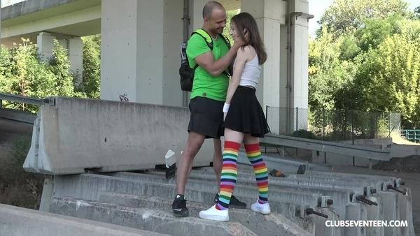 Раскрутил привлекательную молоденькую девку на секс на свежем воздухе