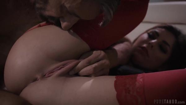 Бородатый мужик разрывает дырки смазливой сучки в красных чулках