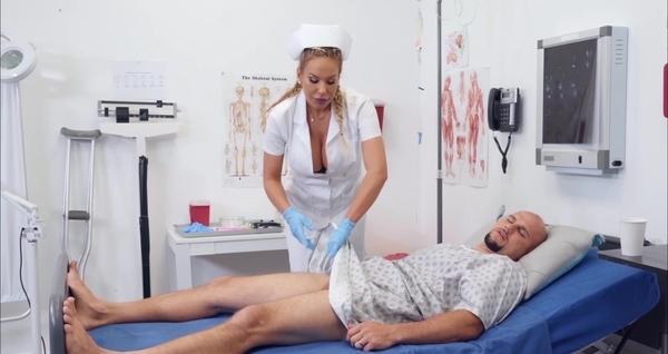 Сиськастая медсестра увидела член пациента и возбудилась