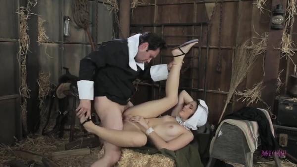 Амиш трахает молодую деревенскую девицу в амбаре