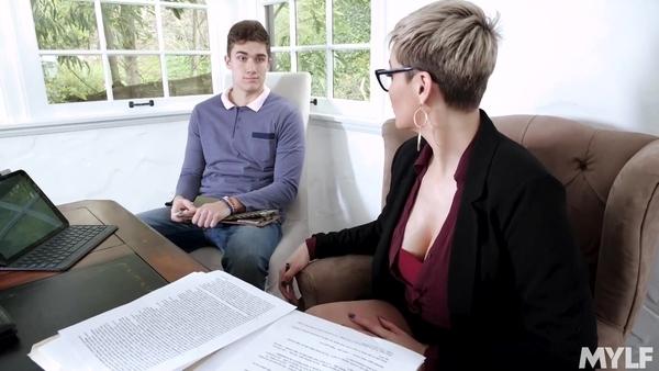 Деловая женщина в очках предложила пацану заняться сексом