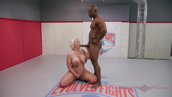 Борьба темнокожего мужика и Alura Jenson переросла в секс