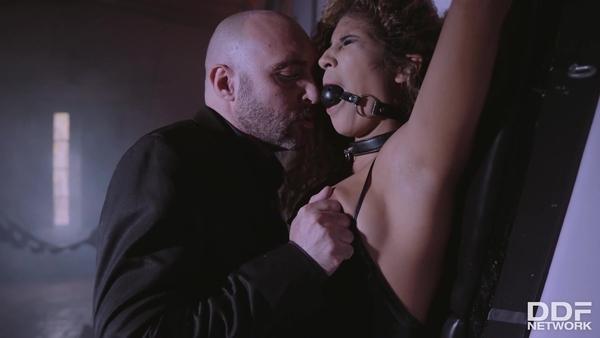 Доминирует над кудрявой красоткой и склоняет ее к анальному сексу