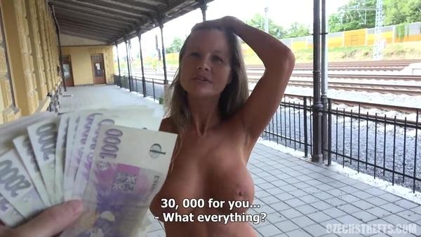 Зрелая женщина отдается за деньги в общественном месте