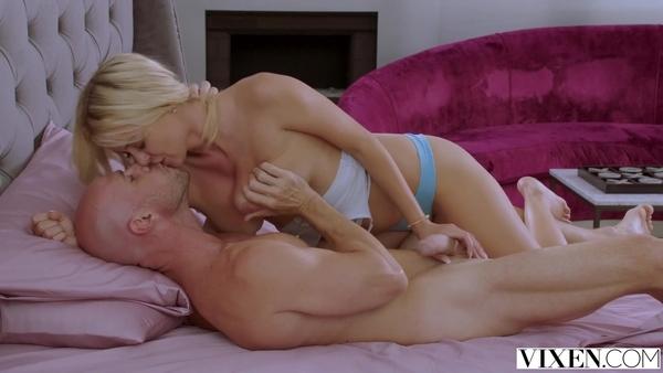Джонни Синс занимается сексом с сексуальной белокурой девкой