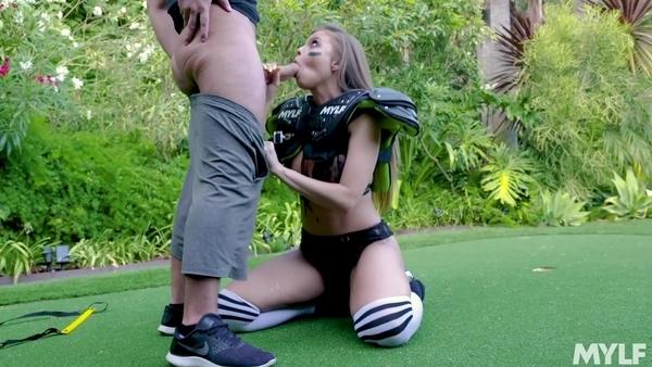 Спортсменку с большими сиськами доводят до оргазма