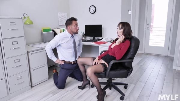 Секс мускулистого начальника и секретарши с силиконовыми сиськами