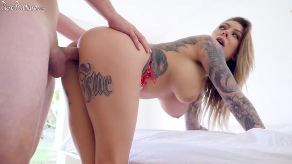 Горячий секс с татуированной красоткой после оральных ласк