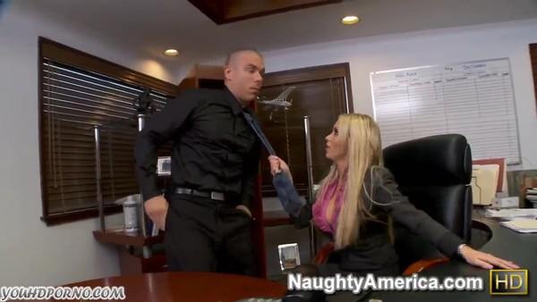 Грудастая начальница порется с подчиненными в своем кабинете