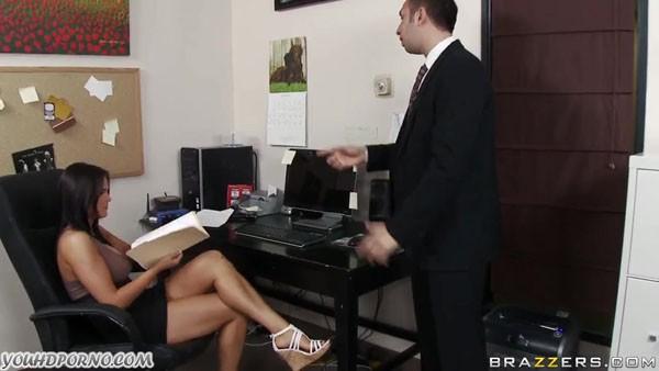 Шеф не устоял перед секретаршей