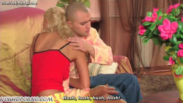 Розовые щечки блондинки