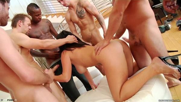 Сочная порно звезда и много мужиков