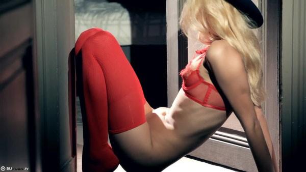 Саша Блонд эротично позирует