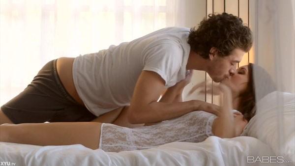 Занимаются нежной любовью в постели