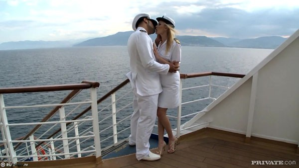 Капитан трахнул блондинку на палубе корабля