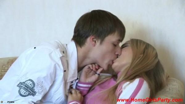 Пришел домой к молодой русской блондинке