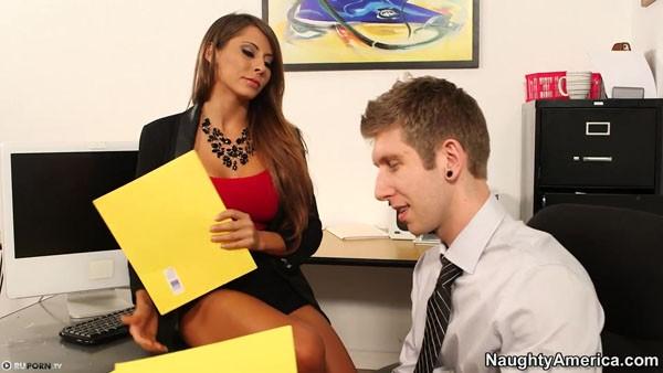 Немка Madison Ivy трахается с очаровательным начальником